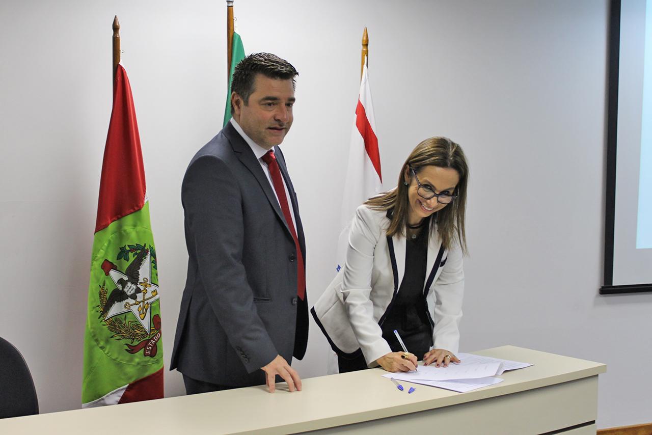 Foto da assinatura do acordo